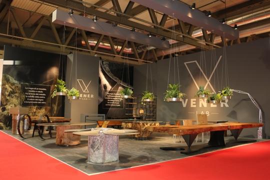 Panoramica dello stand natural luxury design di Vener Tailor made art, al Salone del mobile 2018